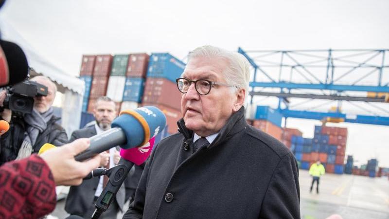 Bundespräsident Frank-Walter Steinmeier spricht auf dem Gelände des Duisburger Hafens mit Journalisten. Foto: Marcel Kusch/dpa