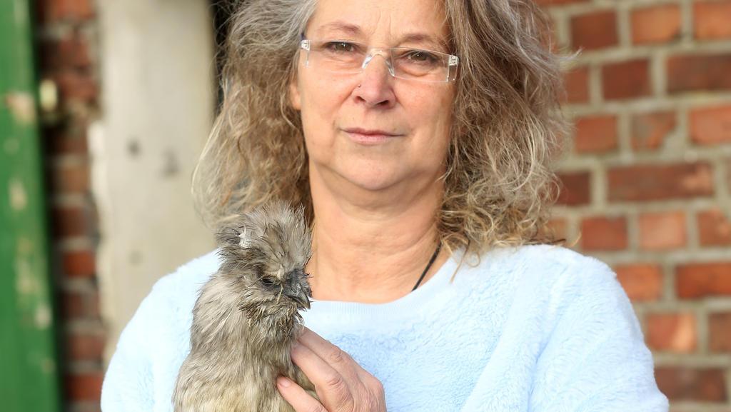 Ute Milosevic streichelt auf ihrem Hof ein Seidenhuhn. Das Filmhuhn Sieglinde wurde laut Landgericht Kleve bei einem Spaziergang im Sommer 2017 in Weeze von einem Hund gejagt und getötet. Die Eigentümerin des H