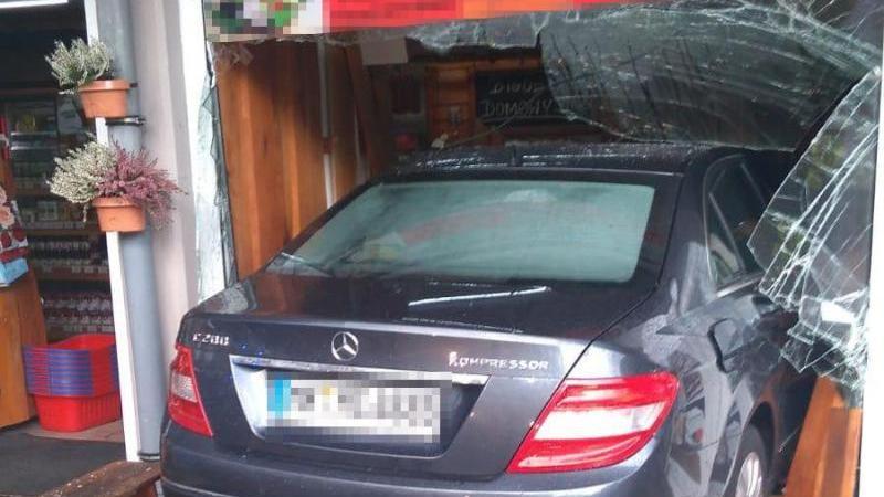Das Foto der Polizei zeigt ein Auto, das in Lüdenscheid in ein Schaufenster gefahren ist. Foto: ---/Polizei Märkischer Kreis/dpa
