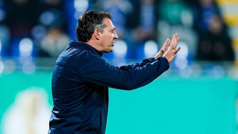 Karlsruhes Trainer Alois Schwartz. Foto: Uwe Anspach/dpa/Archivbild