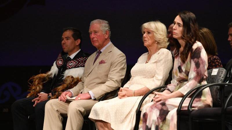 Prinz Charles, (l-r), Camilla, und Premierministerin Jacinda Ahern beim Besuch der Cashmere High School. Foto: Tim Rooke/PA Wire/dpa