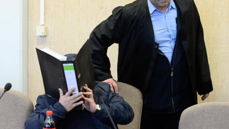 Der Angeklagte (l.) mit seinem Rechtsanwalt im Kölner Landgericht. Foto: Roberto Pfeil/dpa