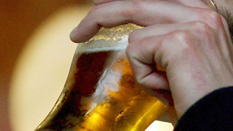 Ein Pubbesucher trinkt in London ein Bier. Foto: epa Andy Rain/EPA/dpa