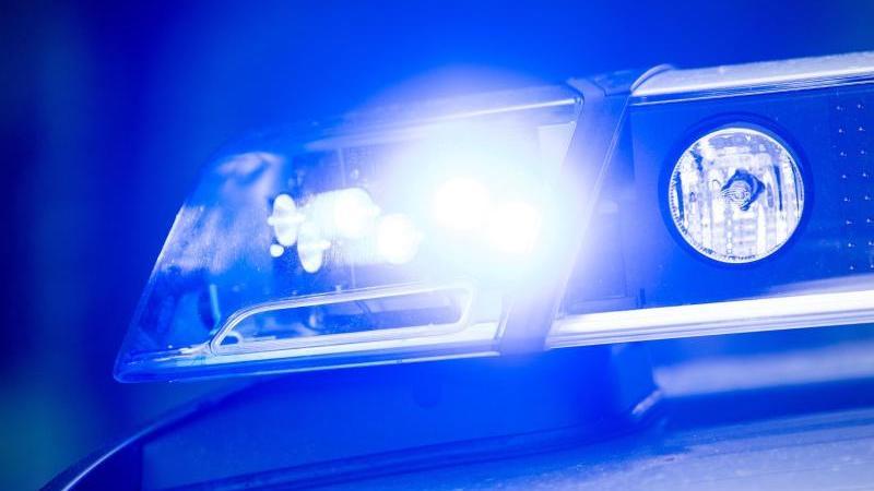 Auf einemStreifenwagen der Polizei leuchtet das Blaulicht. Foto: Lino Mirgeler/dpa/Symbolbild