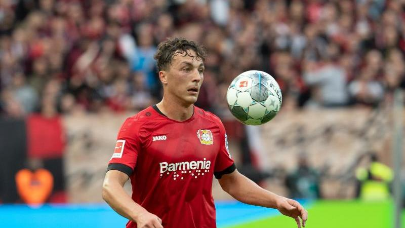 Leverkusen's Julian Baumgartlinger spielt den Ball. Foto: Federico Gambarini/dpa/Archivbild