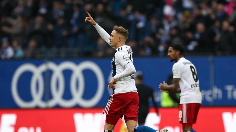 Hamburgs Sonny Kittel (l) feiert seinen Treffer zum 1:1. Foto: Christian Charisius/dpa