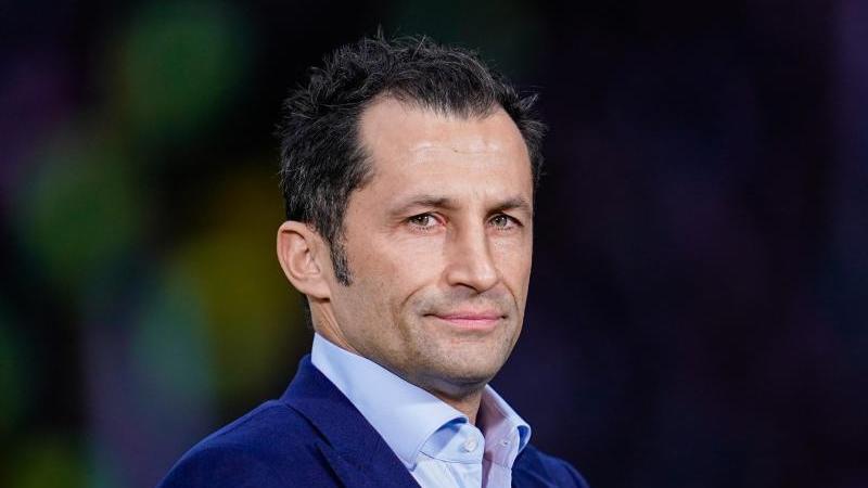 Hasan Salihamidzic, Sportdirektor des FC Bayern München, steht im Stadion. Foto: Uwe Anspach/dpa