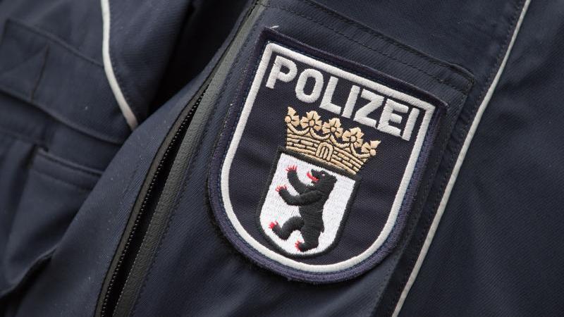 Das Wappen der Berliner Polizei an einer Polizeijacke. Foto: Tim Brakemeier/dpa/Archivbild