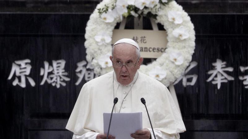 Papst Franziskus begrüßt ein Fukushima-Opfer in Tokio. Foto: Jae Hong/AP/dpa