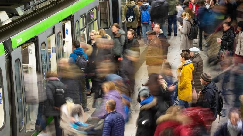 Menschen steigen auf einem Bahnsteig in der U-Bahnstation Kröpke in eine Bahn ein. Foto: Lucas Bäuml/dpa/Archivbild