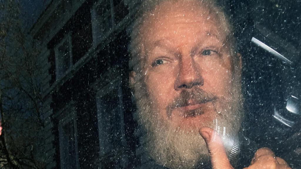 ARCHIV - 11.04.2019, Großbritannien, London: Julian Assange, Mitbegründer der Enthüllungsplattform WikiLeaks, kommt am Westminster-Amtsgericht in London an. Mehr als 60 Ärzte haben britischen Medienberichten zufolge eine dringende medizinische Behand