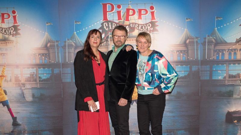 """Björn Ulvaeus (M) stellt mit Tilde Björfors (l) und Maria Blom (r) eine musikalische Zirkusveranstaltung """"Pippi på cirkus"""" (Pippi im Zirkus) vor. Foto: Ivan Da Silva/Zap PR/dpa"""