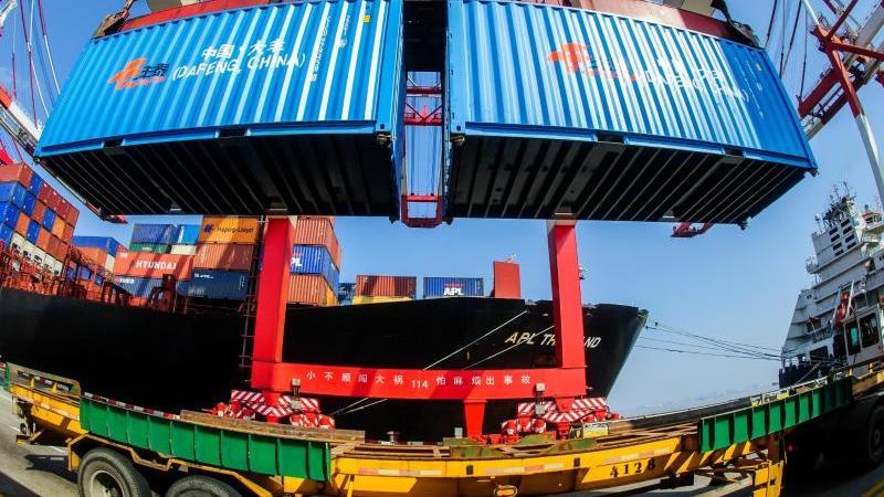 Containerumschlag im Hafen von Shanghai. Foto: Ole Spata/dpa