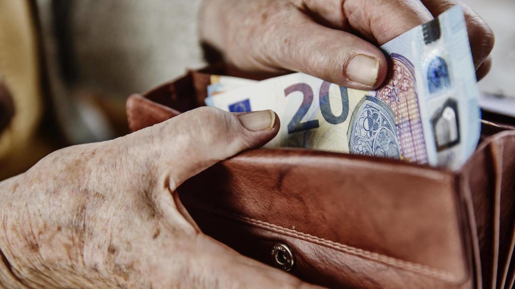 Seniorin zieht einen 20 Euro Schein aus ihrem Portemonnaie, Deutschland, Europa *** A 20 Euro Bill citizen pulls out her wallet Germany Europe Copyright: imageBROKER/JanxTepass ibxjte04634737.jpg Bitte beachten Sie die gesetzlichen Bestimmungen des