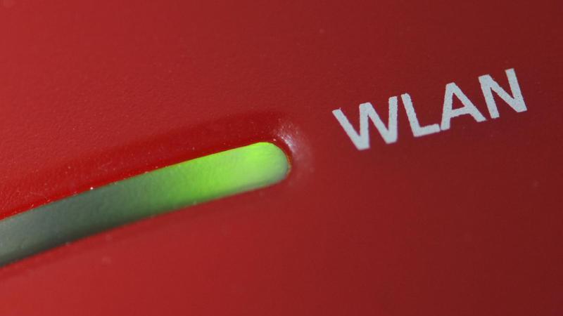 Das WLAN-Licht an einem Router. Foto: Armin Weigel/dpa/Symbolbild
