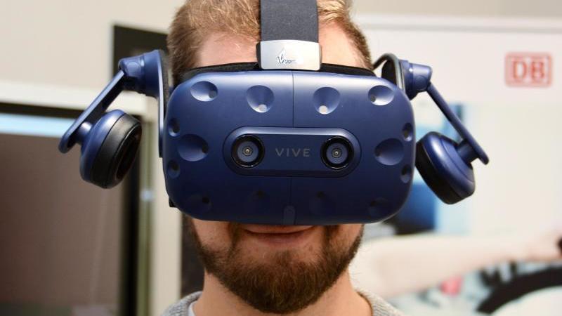 Eine Person trägt im Trainingszentrum der Deutschen Bahn eine Virtual-Reality-Brille. Foto: Jörn Perske/dpa