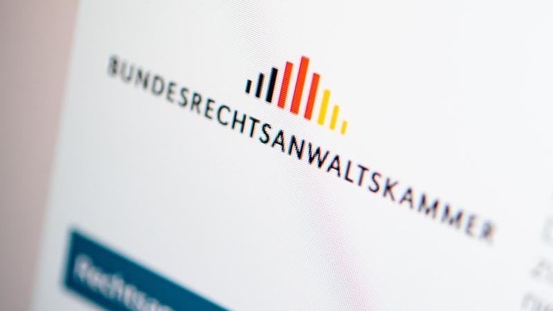 Ein Verzeichnis aller in Deutschland zugelassenen Rechtsanwälte stellt die Bundesrechtsanwaltskammer online bereit. Foto: Zacharie Scheurer/dpa-tmn
