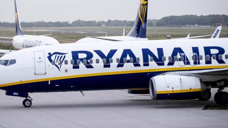 Flugzeuge der irischen Airline Ryanair stehen auf dem Vorfeld des Flughafens Weeze. Foto: Marcel Kusch/dpa/Archivbild