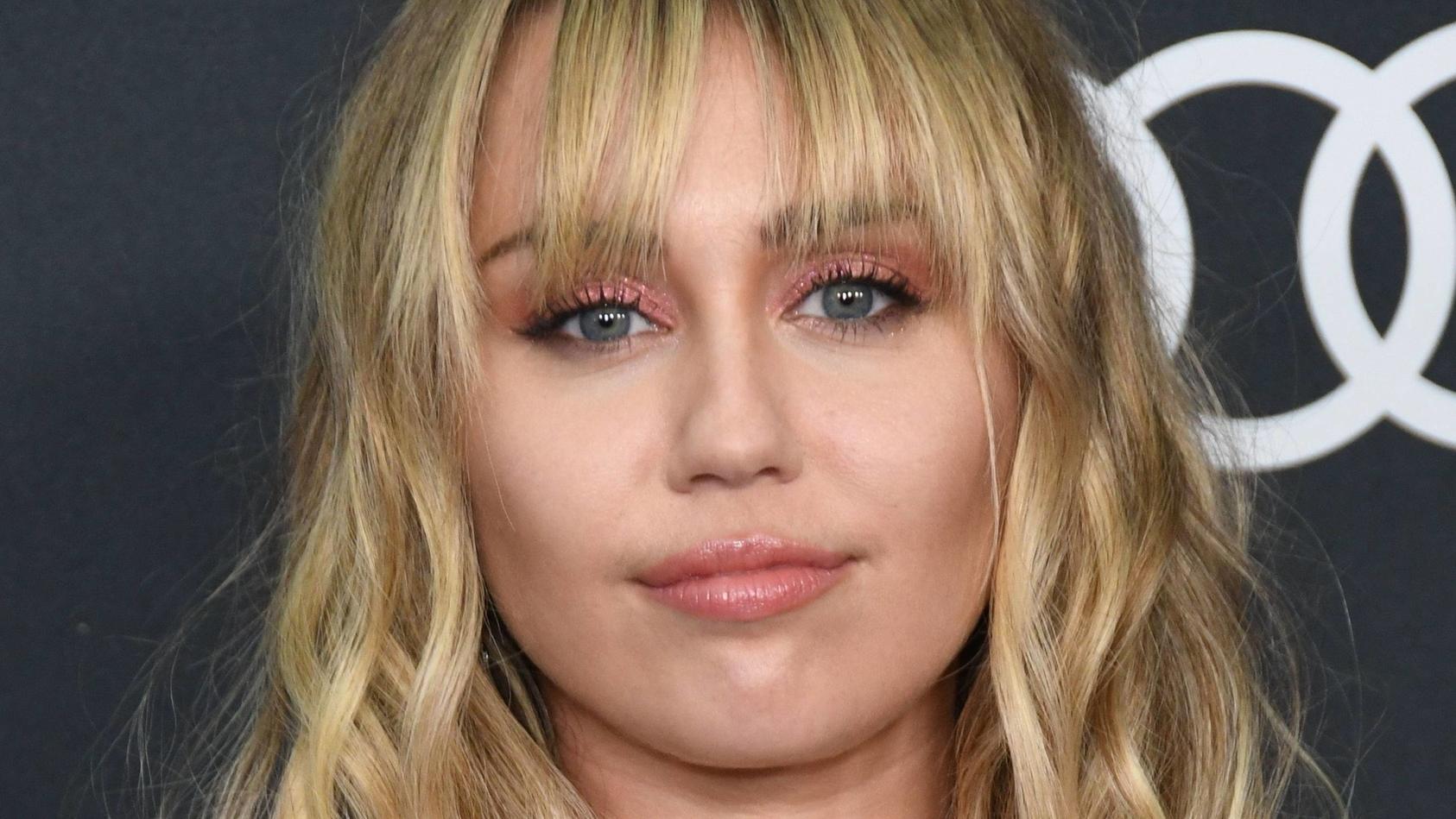 Mit der blonden Wallemähne ist jetzt Schluss, denn Miley Cyrus trägt jetzt Vokuhila.