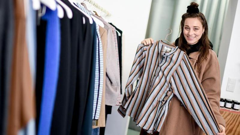 """Nachhaltigkeitsbloggerin Anna Schunck kauft ihre Kleidung meist in Second-Hand-Läden wie """"The good store"""". Foto: Britta Pedersen/dpa-Zentralbild/dpa"""