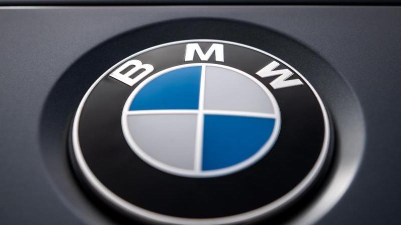 Das Logo des Münchner Autobauers BMW ist auf einem Auto zu sehen. Foto: Sina Schuldt/dpa/Archivbild
