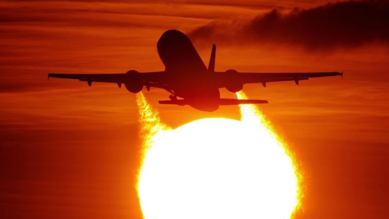 Wenn man nicht fliegt, fliegt trotzdem der Flieger. Der individuelle Verzicht auf Flugreisen kann in der Masse aber sehr wohl Wirkung zeigen. Foto: Julian Stratenschulte/dpa/dpa-tmn