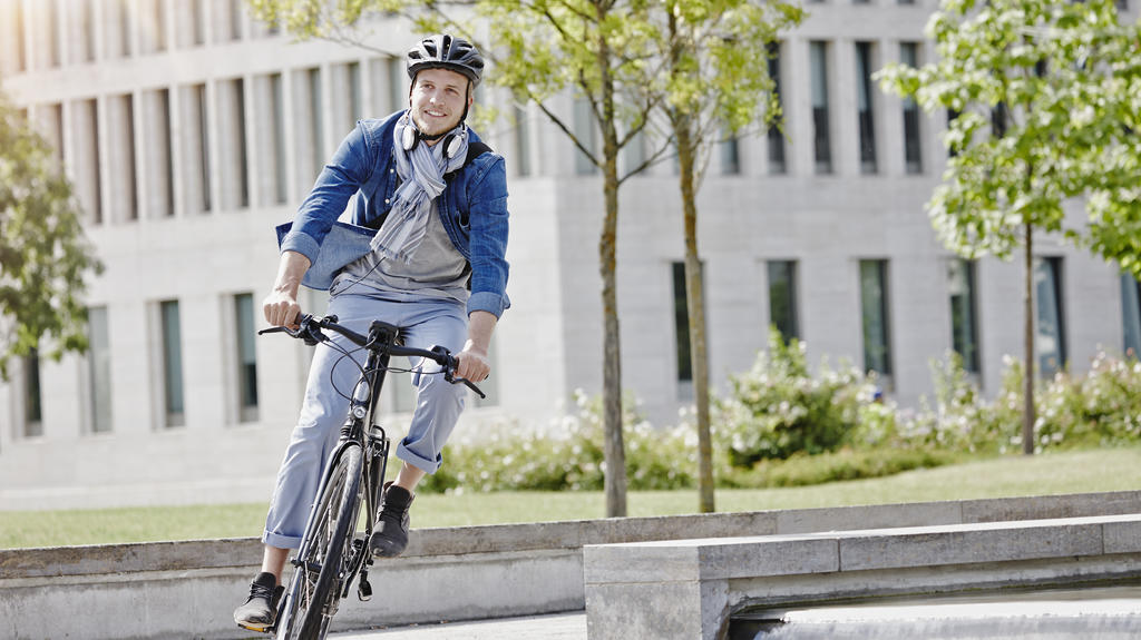 Student on his e-bike at Goethe University in Frankfurt, Germany model released Symbolfoto property released PUBLICATIONxINxGERxSUIxAUTxHUNxONLY RORF01954