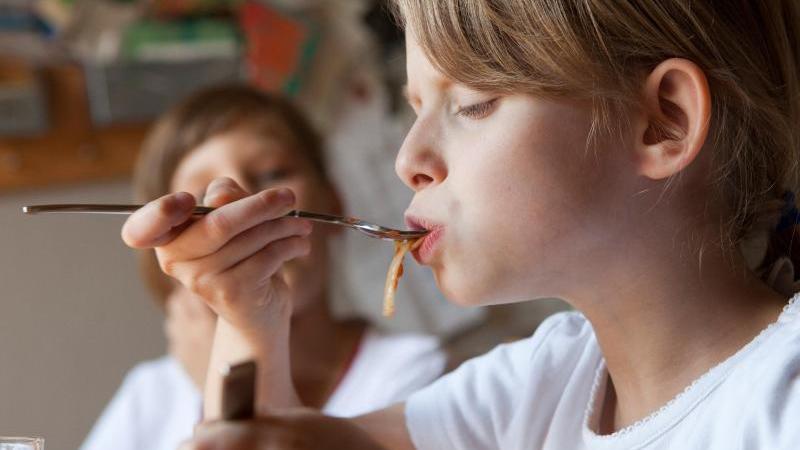 Richtig mit Gabel und Löffel essen: Eltern wünschen sich gute Tischmanieren von ihren Kindern. Foto: Silvia Marks/dpa-tmn