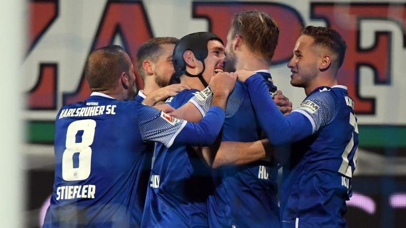 Die Karlsruher Mannschaft bejubelt den Treffer zum 3:0 durch Philipp Hofmann. Foto: Uli Deck/dpa