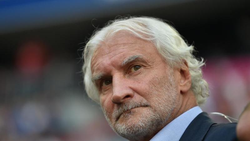 Rudi Völler, Geschäftsführer Sport bei Bayer 04 Leverkusen steht am Spielfeldrand. Foto: Lino Mirgeler/dpa/Archivbild