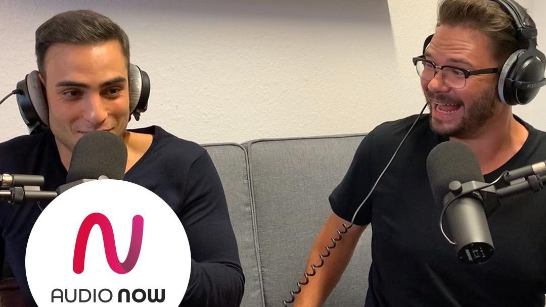 """Timur Ülker und Thomas Drechsel quatschen in der neuen Folge vom """"Gute Zeiten, Schlechte Zeiten""""-Podcast über Momente hinter den Kulissen, Timurs kurze Babypause und über Mobbingerfahrungen."""