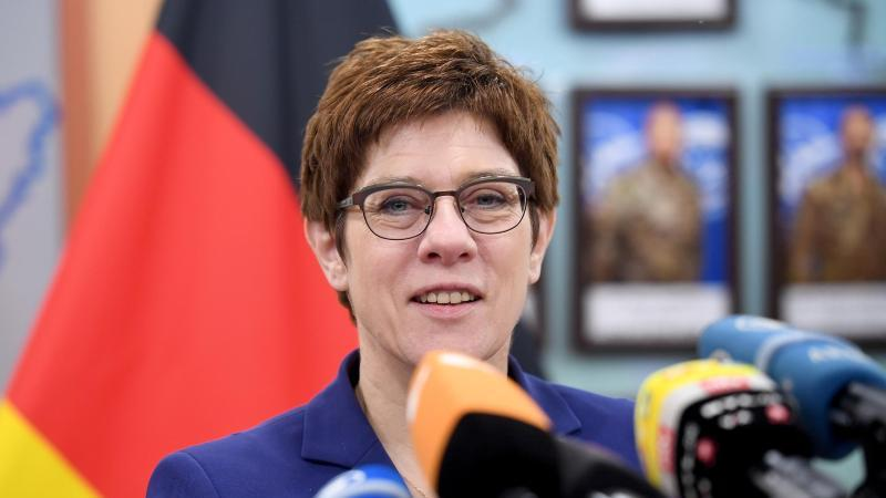Annegret Kramp-Kartenbauer spricht zu den Journalisten im Hauptquartier des deutschen Einsatzkontingents Kosovo Force (KFOR). Foto: Britta Pedersen/dpa-Zentralbild/dpa