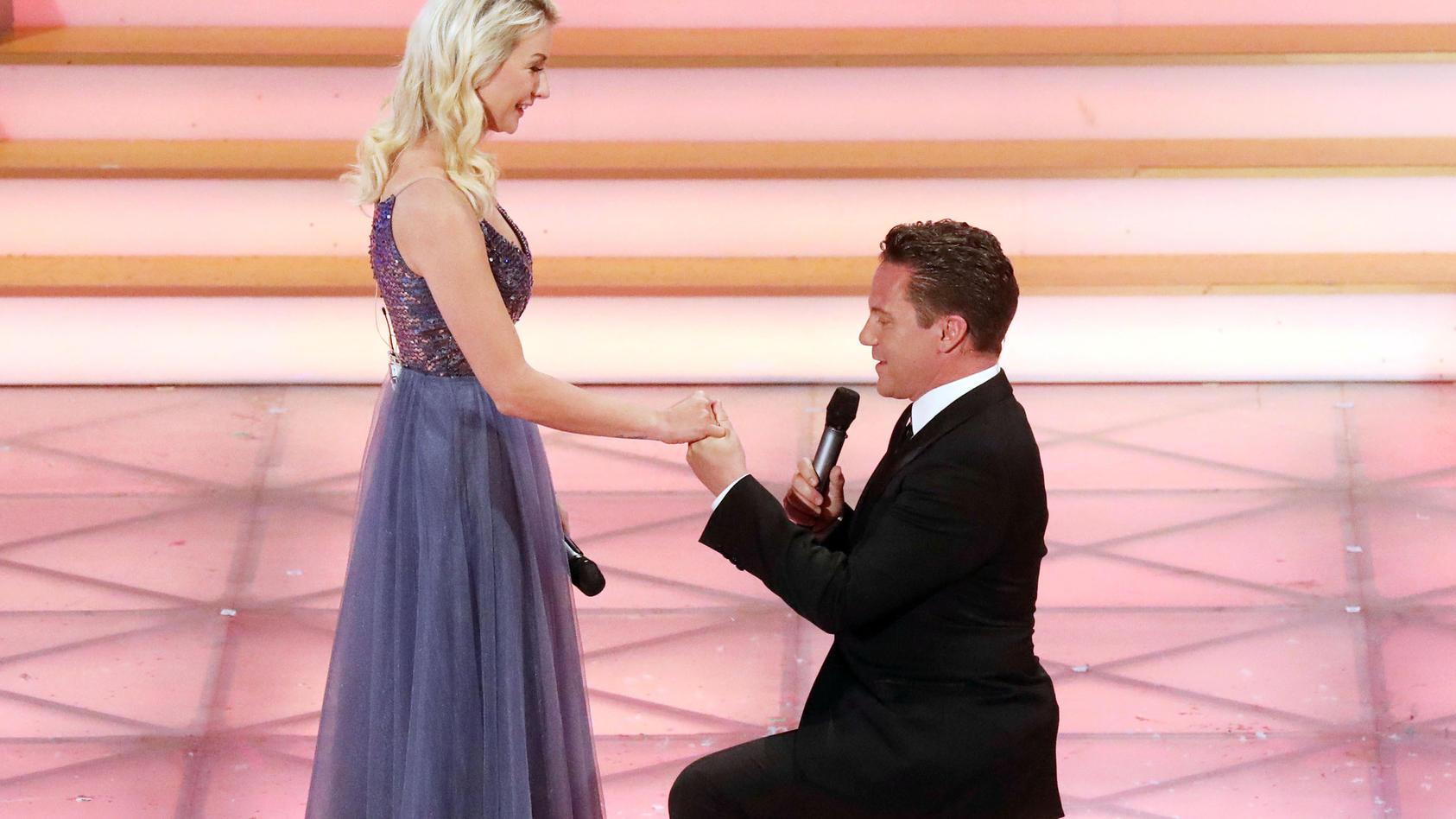 Stefan Mross macht seiner Freundin Anna Carina Woitschack live im TV einen Heiratsantrag