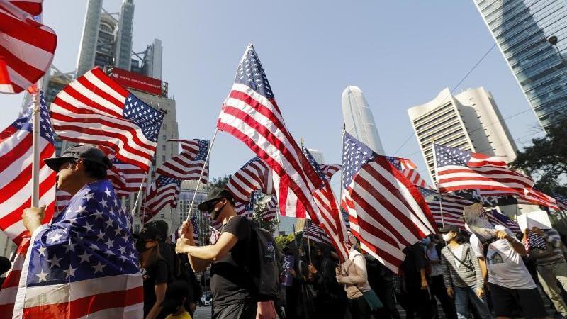 Demonstranten marschieren während einer Kundgebung zum US-Konsulat, um an US-Präsident Trumps' Unterstützung zu appellieren. Foto: Vincent Thian/AP/dpa