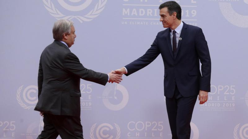 Pedro Sanchez (r), amtierender Ministerpräsident von Spanien, empfängt UN-Generalsekretär Antonio Guterres auf dem 25. UN-Klimakonferenz in Madrid. Foto: Andrea Comas/AP/dpa
