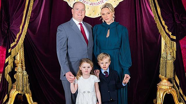 Monacos Fürstenfamilie posiert gemeinsam für den guten Zweck.