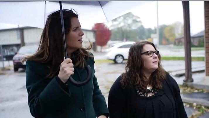 RTL-Reporterin Tara Bohan (l.) und Serena Dyksen gehen an den Ort zurück, an dem die Abtreibung vor 30 Jahren stattgefunden hat.