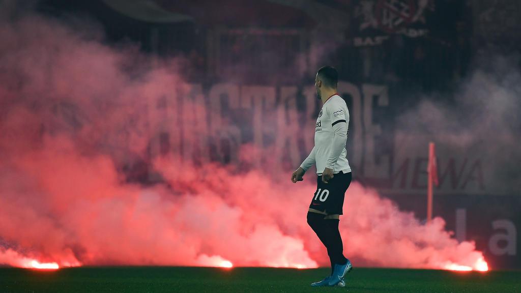 02.12.2019, xjhx, Fussball 1.Bundesliga, FSV Mainz 05 - Eintracht Frankfurt emspor, v.l. Filip Kostic Eintracht Frankfurt Bengalos rauchbomben DFL/DFB REGULATIONS PROHIBIT ANY USE OF PHOTOGRAPHS as IMAGE SEQUENCES and/or QUASI-VIDEO Mainz *** 02 12