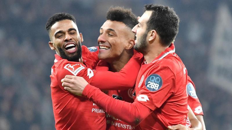 Die Spieler von Mainz jubeln über die 1:0-Führung gegen Eintracht Frankfurt. Foto: Torsten Silz/dpa