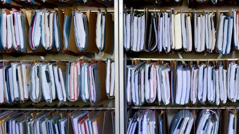 Viele Akten hängen in einem Schrank im Landessozialgericht. Foto: Julian Stratenschulte/dpa/Archivbild