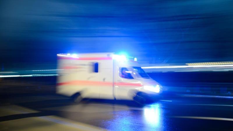 Ein fährt Rettungswagen mit Blaulicht über eine Straße. Foto: Lukas Schulze/dpa/Archivbild