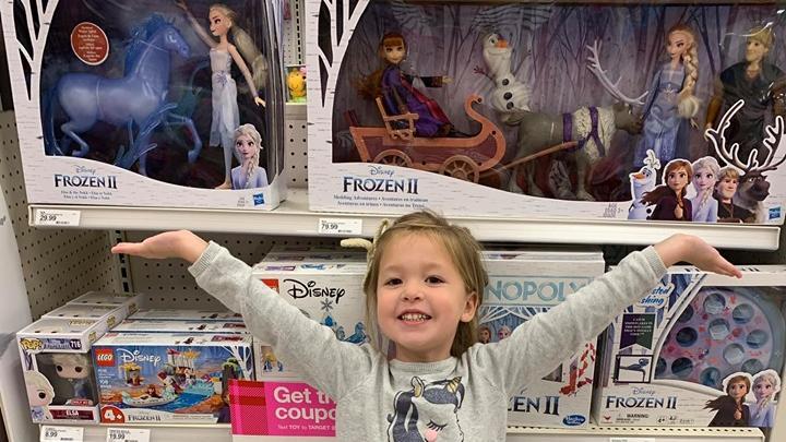 Emmie vor einem Haufen Elsa-Kommerz, den sich das Mädchen zu Weihnachten wünscht.