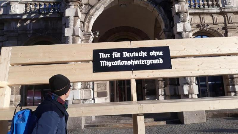 Eine überdimensionale Bank steht vor dem Justizpalast in München. Foto: Britta Schultejans/dpa