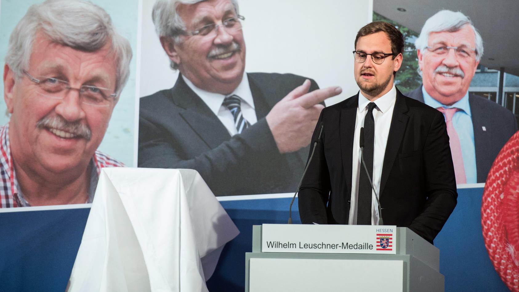 Jan-Hendrik Lübcke, Sohn von Walter Lübcke, spricht nach der Verleihung der Wilhelm Leuschner-Medaille.