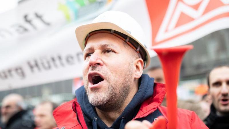 Beim angeschlagenen Industriekonzern Thyssenkrupp bangen die Beschäftigten der Stahlsparte um ihre Arbeitsplätze. Foto: Marcel Kusch/dpa