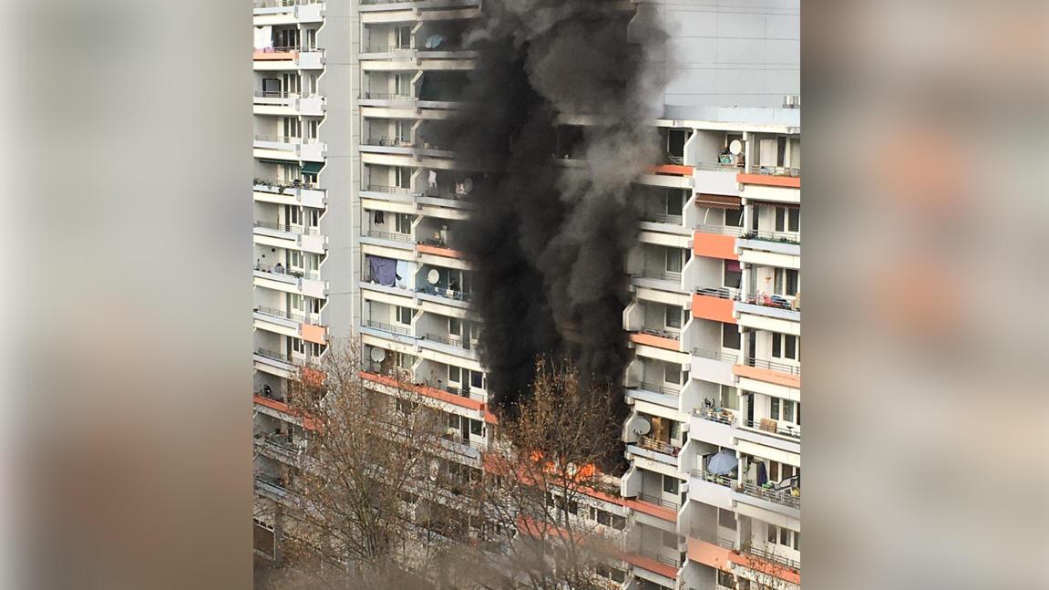 Rauchwolken steigen an einem Hochhaus empor. Bei einem Brand in einem Mannheimer Hochhaus sind elf Menschen leicht verletzt worden, darunter sieben Kinder.