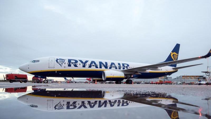 Eine Boeing 737-800 der Fluggesellschaft Ryanair fährt am Flughafen über das Vorfeld. Foto: Daniel Bockwoldt/dpa/Archivbild