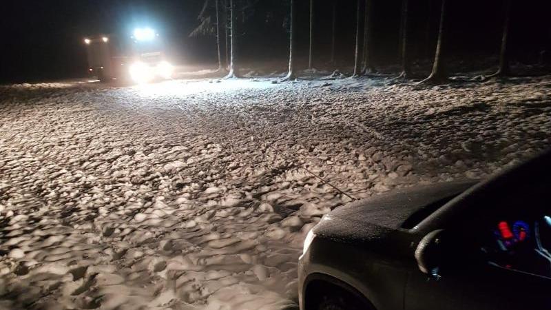 Auto fährt sich auf Skipiste fest. Foto: -/Feuerwehr Winterberg/dpa