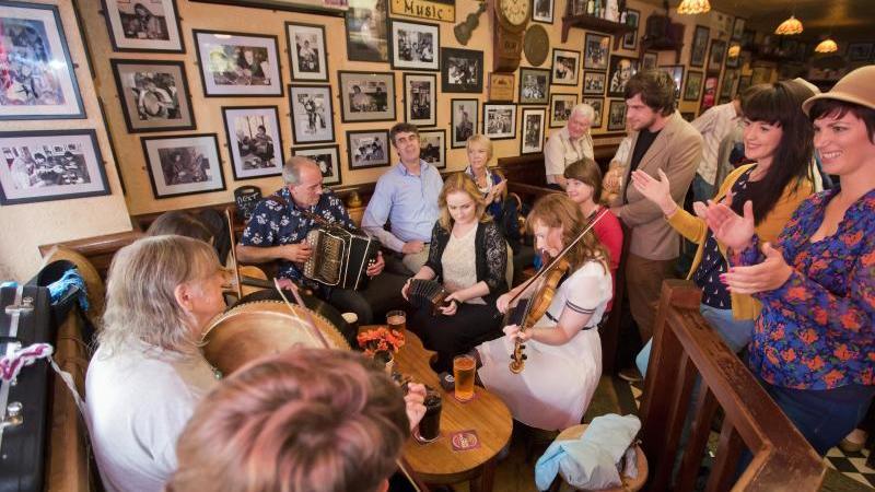 Besucher eines Pubs in Galway musizieren gemeinsam. Foto: Uncredited/Tourism Ireland/dpa