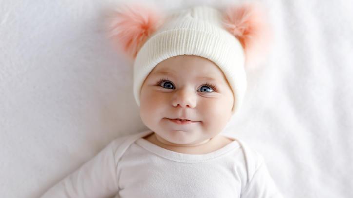 Das Baby lächelt zum ersten Mal - oft ist das jedoch nur ein Reflex.